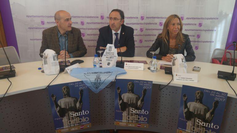 De izquierda a derecha Miguel Ángel Brugera, presidente de la asociación de vecinos, Alfonso Polanco, Alcalde y la concejal Carmen Fernández