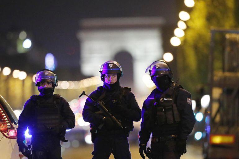 Oficiales de la Policía francesa custodian la zona en la que se registró un tiroteo, en el que un oficial de policía fue asesinado junto con su atacante, al mismo tiempo que otro oficial resultó herido, en los Campos Elíseos, en París (Francia). EFE IAN LANGSDON