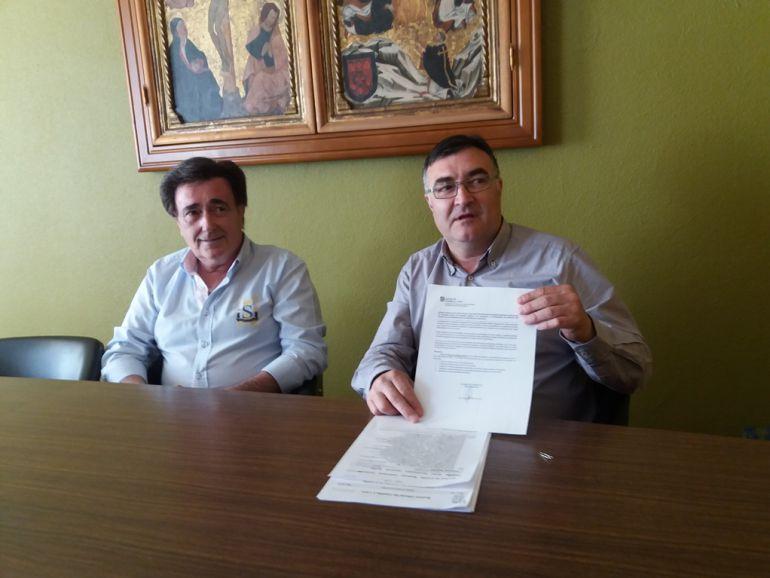 El concejal de Deportes, Luis Senovilla muestra el escrito de la Consejería de Medio Ambiente por el que se prohíbe realizar fuego.