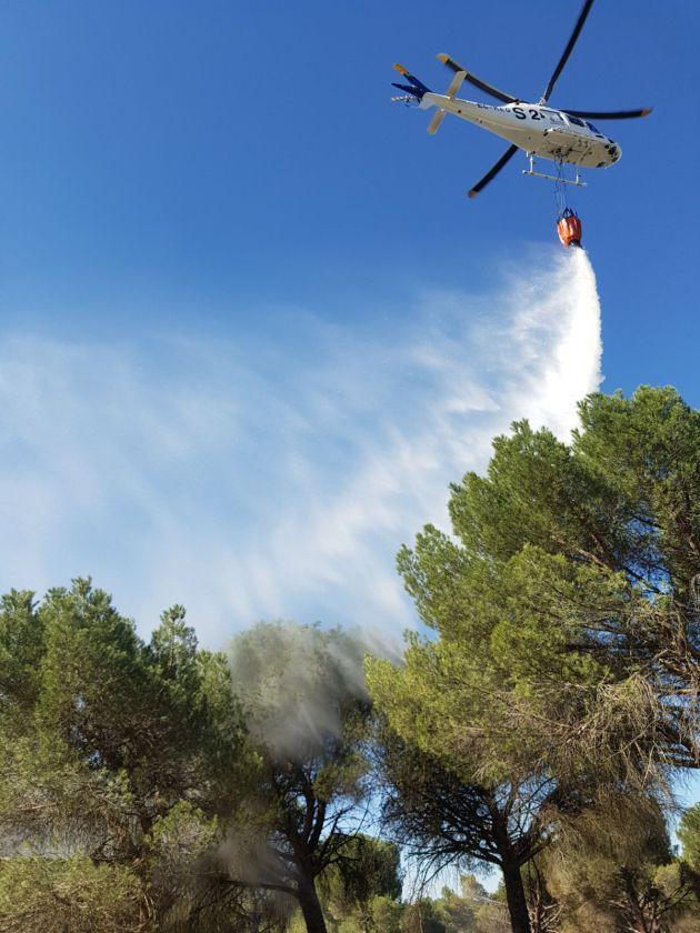 Uno de los helicópteros en la extinción del incendio
