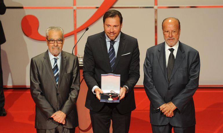Los tres políticos posan con el premio concedido a la SEMINCI