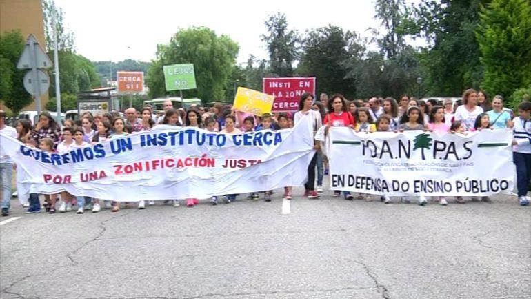 La Federación de Padres y Madres durante una protesta solicitando la modificación de la zonificación escolar de Vigo.