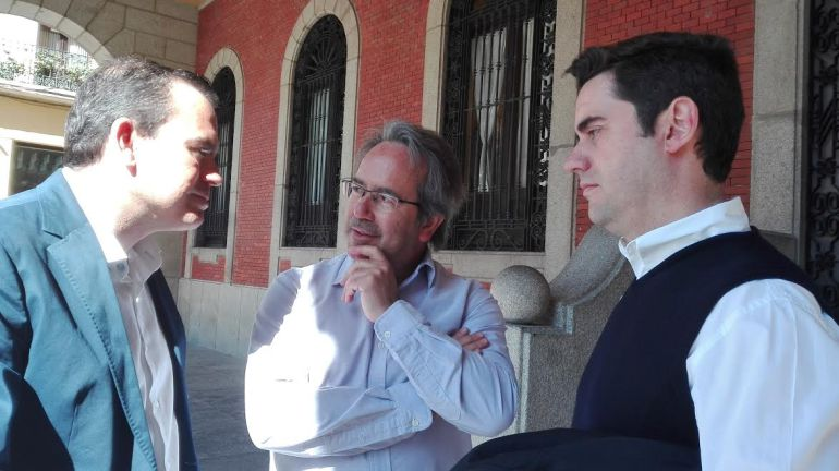 El Alcalde de Zamora, Francisco Guarido, conversa con el Portavoz de Ciudadanos, Francisco Requejo, y con el Teniente de Alcalde, Antidio Fagúndez,