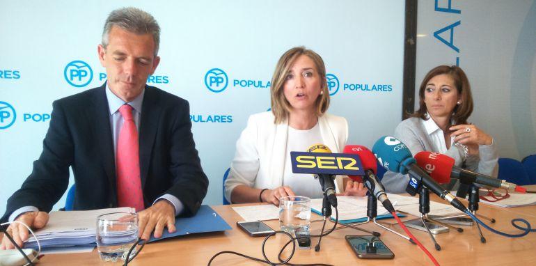 Alicia Garcia (centro), presidenta del Comité Organizador del Congreso del PP, junto a José Francisco Hernández y Teresa Díaz