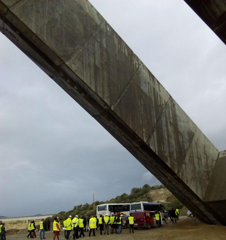Imagen de la última visita del ministro de Fomento a las obras del AVE en el viaducto sobre el Almonte.