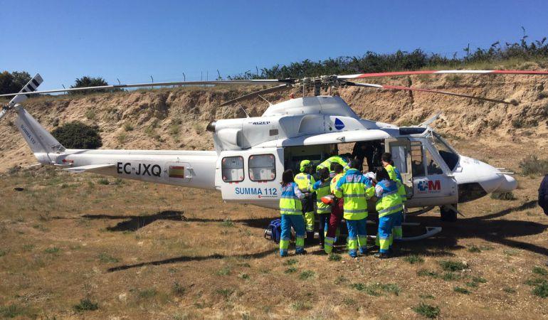 Un helicóptero del SUMMA 112 traslada a un motorista accidentado al Hospital 12 de Octubre
