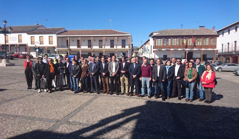 Diputados y concejales de Ciudadanos frente al Ayuntamiento de Valdemoro