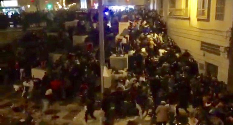 Un momento de la estampida en la Tribuna de los Pobres de Málaga