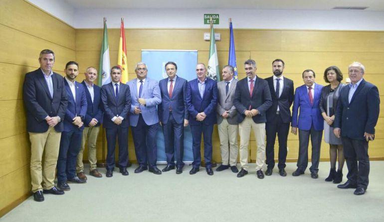 Los alcaldes y concejales de ayuntamento de la Costa del Sol durante la reunión este viernes en Torremolinos