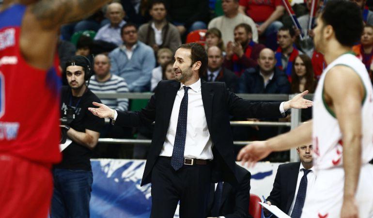 Sito Alonso protesta una decisión en el segundo partido contra el CSKA.