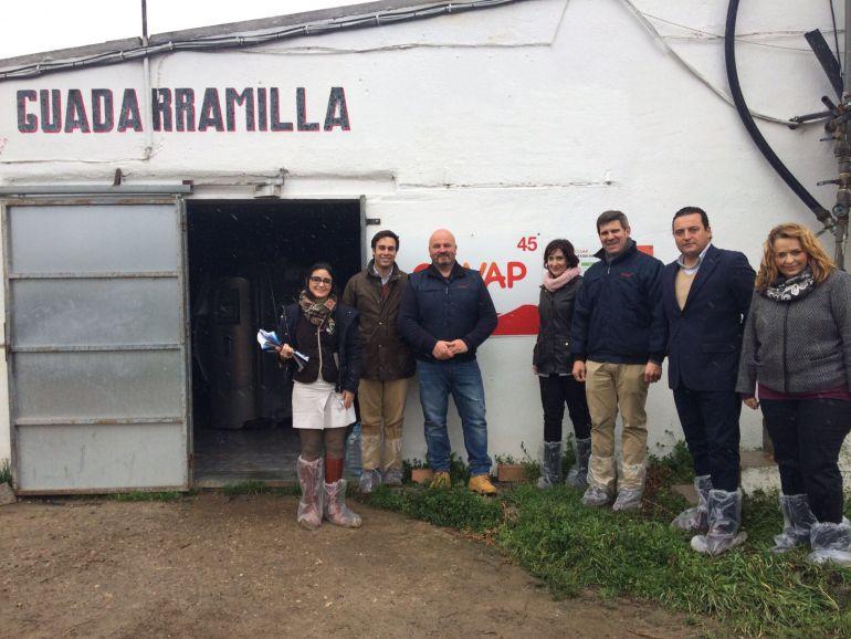 El ganadero,Antonio García Ruiz , acompañado del equipo técnico de COVAP y de Mercadona
