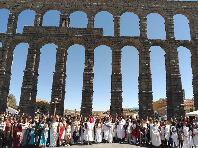 Los alumnos vestidos de de romanos durante la reprensentación de la Fundación de Roma.