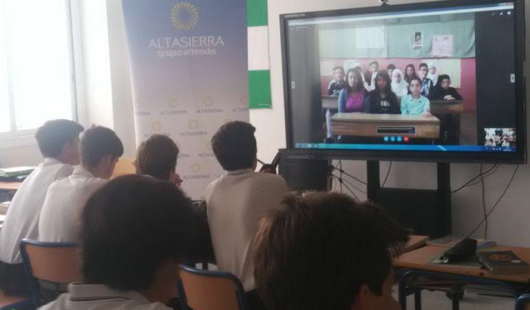 Los alumnos sevillanos del Colegio Altasierra dialogan vía skype con los alumnos palestinos de un colegio en Damasco