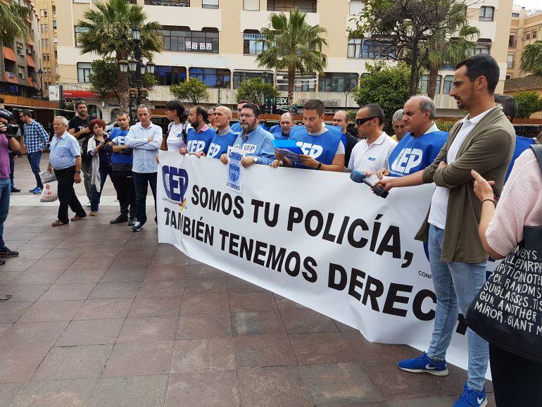 M s de medio centenar de polic as reclaman m s seguridad - Policia nacional algeciras ...