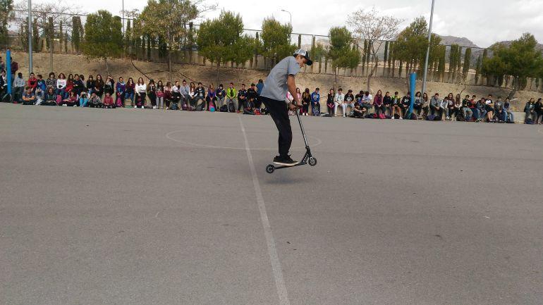 Pau Vila realizó una pequeña exhibición con su patinete durante el encuentro de Stick Together