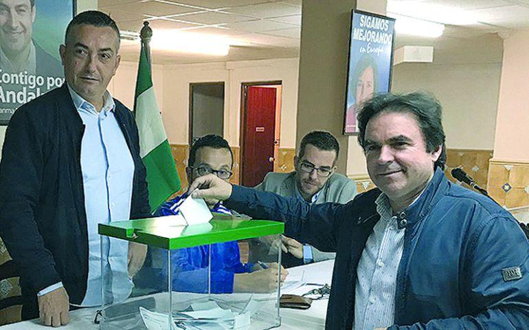 Miguel Moreno vota en la agrupacion popular de Porcuna