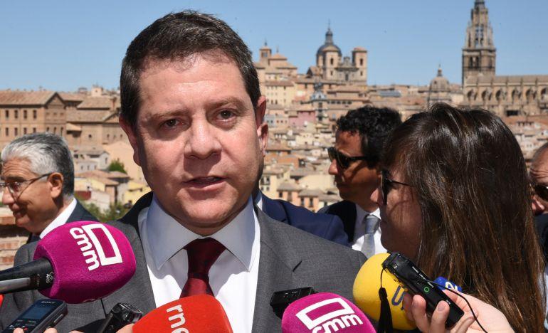 Emiliano García-Page atiende a los medios durante la tradicional romería del Valle que se celebra en Toledo