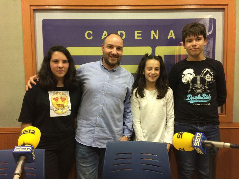 Alba, Nerea y Javier, con su profesor Joaquín