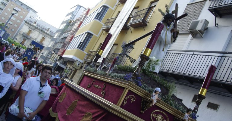 Una procesión infantil cruza la calle Ramón y Cajal de Jaén durante la última edición.