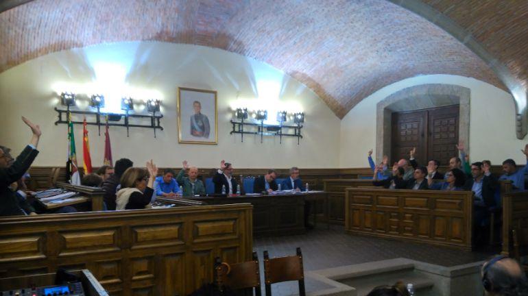 Momento de la votación por la que se retira por unanimidad las medallas de oro de Plasencia al dictador Francisco Franco en el Pleno de Plasencia