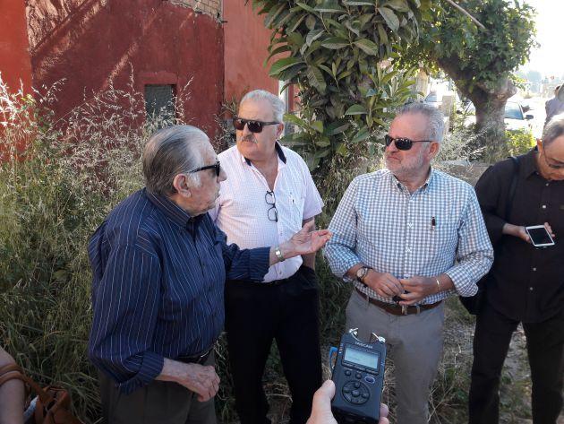 Juan Fernandez (1º izquierda) vecino de la Orilla de la Vía