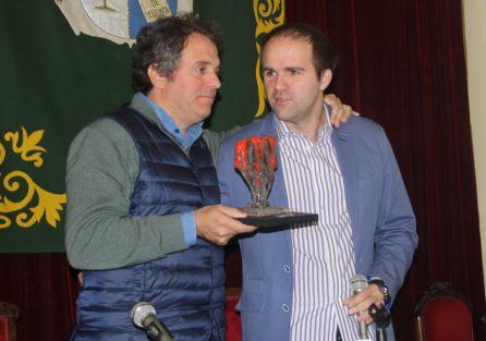 Domingo Villar (izquierda) recogiendo el premio Tormo Negro de manos de Sergio Vera.