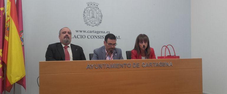 José Muelas, decano del Colegio de Abogados de Cartagena, José López, alcalde de la ciudad; y Pilar González, decana del Colegio de Procuradores de Cartagena