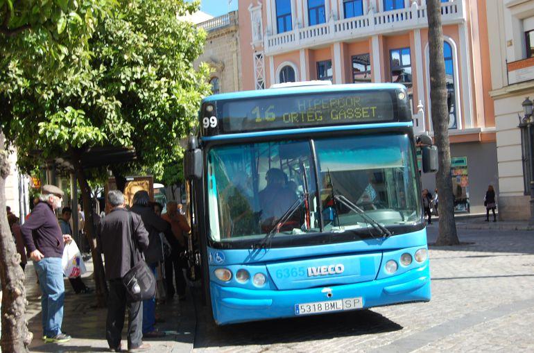 Imagen de un autobús en la Rotonda de los Casinos
