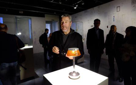 El artista junto a algunas de sus obras que se pueden visitar hasta el 17 de septiembre en Málaga