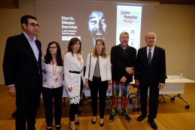 El autor junto a las autoridades en Málaga durante la inauguración