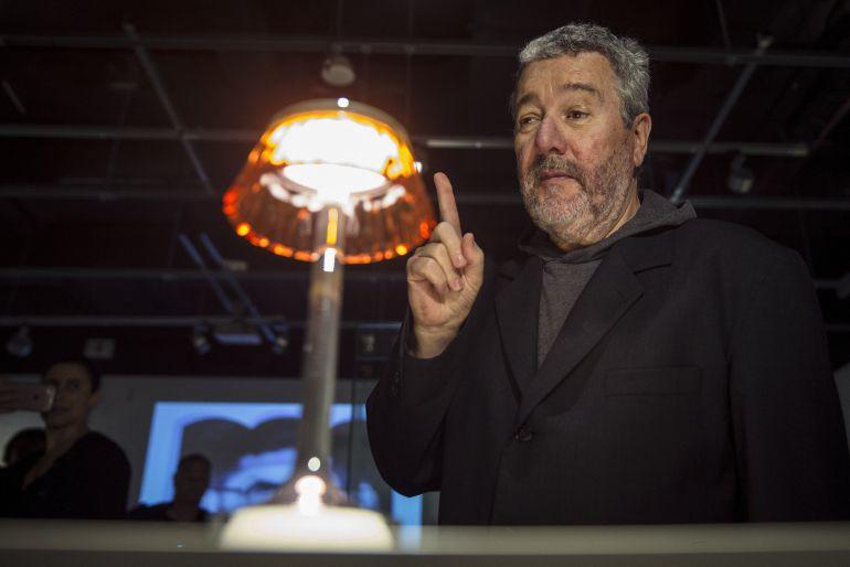 El diseñador Philippe Starck recorre hoy la nueva exposición temporal del Centre Pompidou Málaga, que reúne más de 4.000 dibujos y croquis que se exponen por primera vez al público , y una treintena de objetos del artista francés
