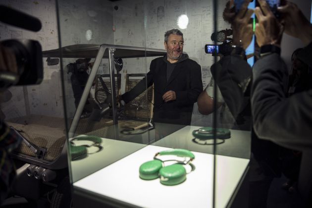 """El diseñador Philippe Starck recorre hoy la nueva exposición temporal del Centre Pompidou Málaga, que reúne más de 4.000 dibujos y croquis que se exponen por primera vez al público , y una treintena de objetos del artista francés, entre ellos el famoso exprimidor """"Juicy Salif""""."""