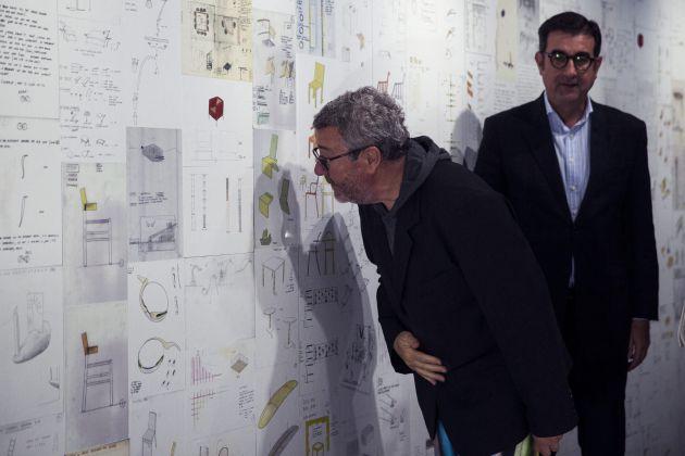 """El diseñador Philippe Starck (i) junto al director del Centre Pompidou Málaga, José María Luna, recorren la nueva exposición de este museo que reúne más de 4.000 dibujos y croquis que se exponen por primera vez al público , y una treintena de objetos del artista francés, entre ellos el famoso exprimidor """"Juicy Salif"""""""
