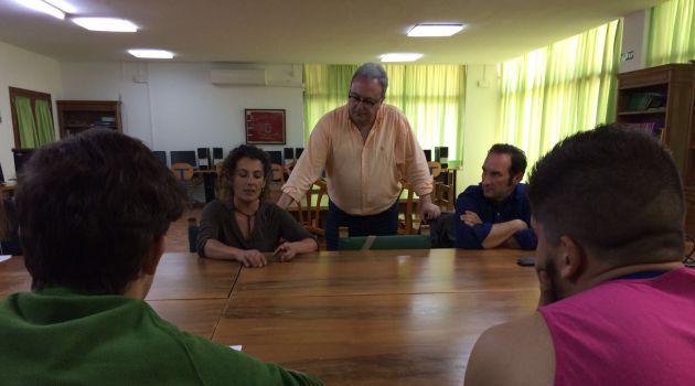 Los alumnos siguiendo las explicaciones de Rosa Pineda, Pepe González Arenas y Felipe Molina