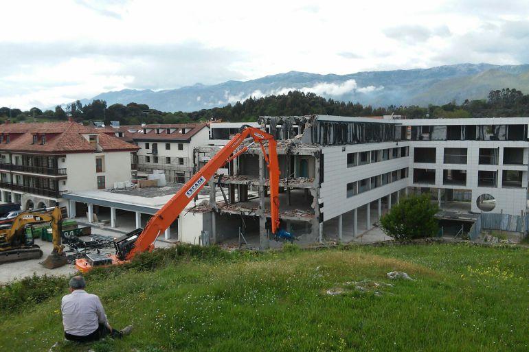Comienzan las obras de demolición del hotel Kaype, en primera linea de la playa de Barro