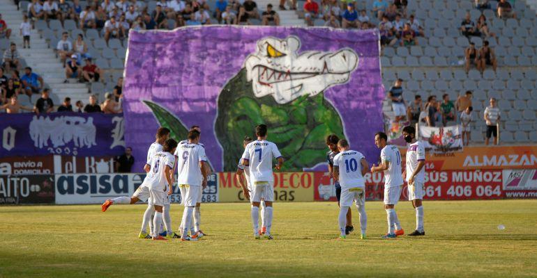 Varios jugadores del Real Jaén calientan en la previa de un partido esta temporada.