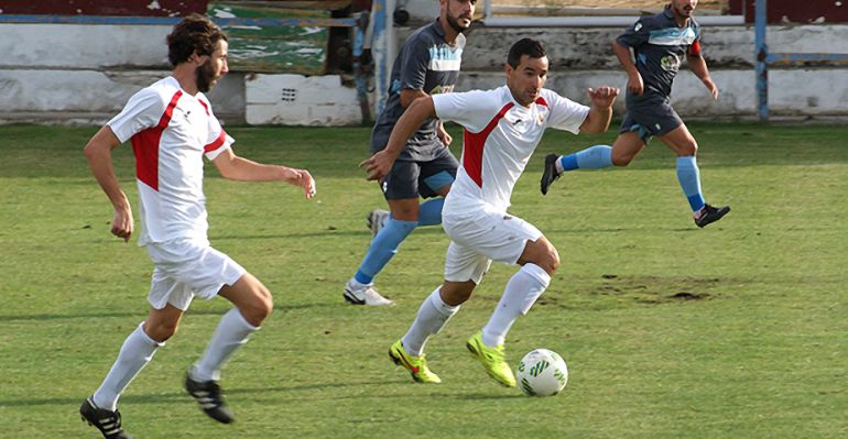 Dos jugadores del Martos CD durante un partido de esta temporada.