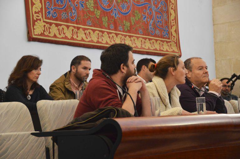 Imagen de Ángel Cardiel (primero por la izquierda) durante un pleno municipal