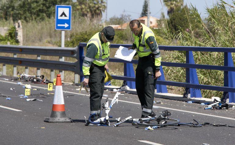 Agentes de la Guardia Civil y miembros de Emergencias en el punto kilométrico 205 de la N-332 entre las localidades de Oliva y Denia, donde la conductora de un turismo ,que dio positivo en el control de alcohol y drogas, arrolló a un grupo de seis ciclistas de un equipo de Jàvea