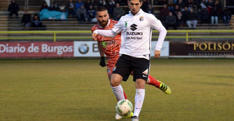 Un jugador del Burgos se disputa el balón en un partido contra el Guijuelo.