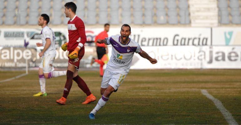 Santi Villa celebra un gol con el Real Jaén durante la última temporada.