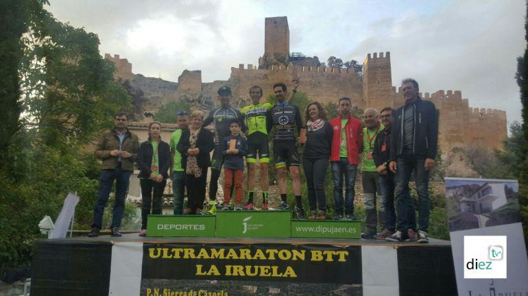 Podium en de la II ultramaraton la Iruela sierra de Cazorla con el castillo de la localidad al fondo