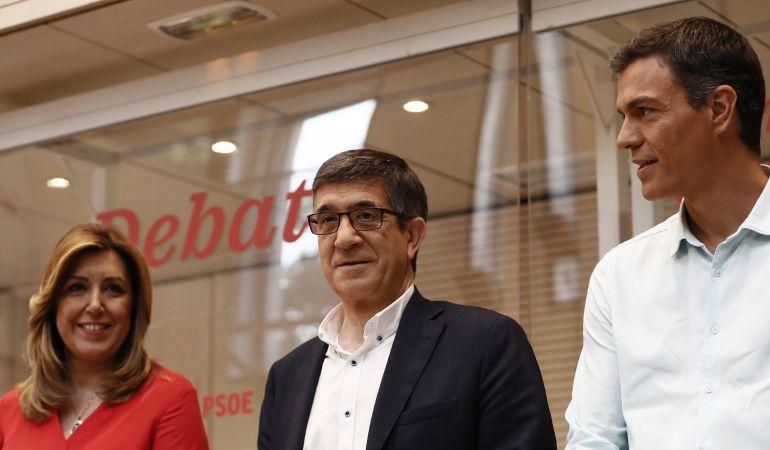 Los candidatos a la Secretaría General del PSOE, Susana Díaz (i), Patxi López (c) y Pedro Sánchez (d), momentos antes del debate electoral para las primarias