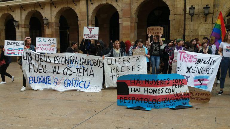 Protesta de colectivos LGTBIQ en Oviedo contra el autobús de HazteOír. Plaza del Ayuntamiento de Oviedo.