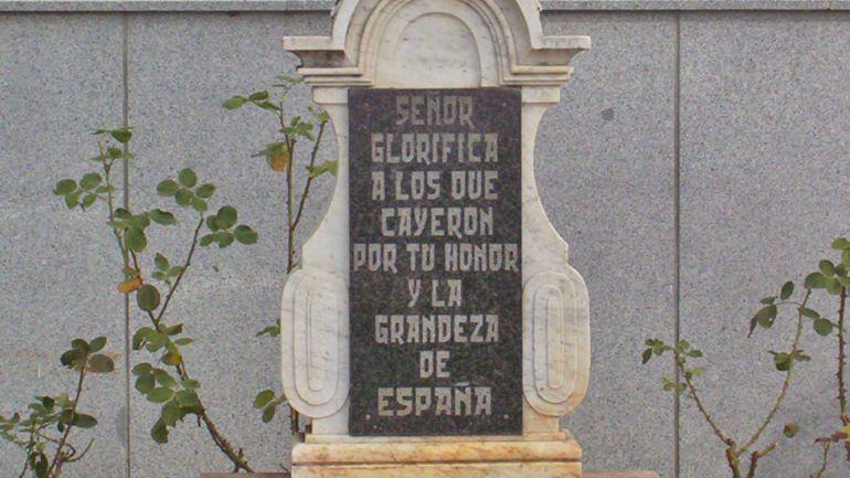 Placa de la cruz del Valle de los Caídos en Dos Torres.