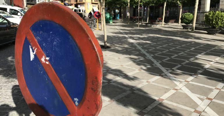 Señal que impide el estacionamiento de motos en la plaza de San Francisco.