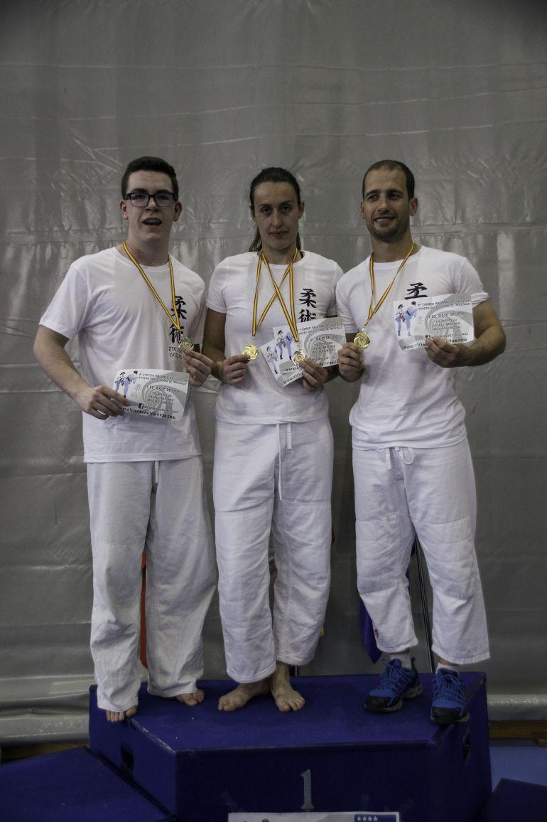 Felipe, Tamara y Rubén, del Marbel, con sus medallas en el Torneo de Móstoles de Jiu Jitsu