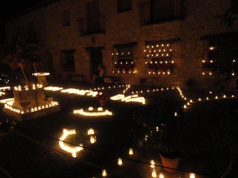 Patio de una casa particular iluminada con velas durante los conciertos de Pedraza