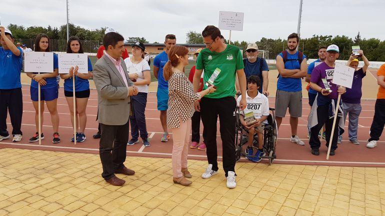 Francisco Reyes y Toni Olivares, con los participantes de los Juegos Provinciales de Deporte Especial