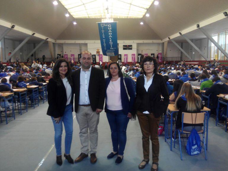 La Delegada de Educación Yolanda Caballero con el alcalde de Pozo alcon, Ivan Cruz y profesorado en la olimpiada matematica